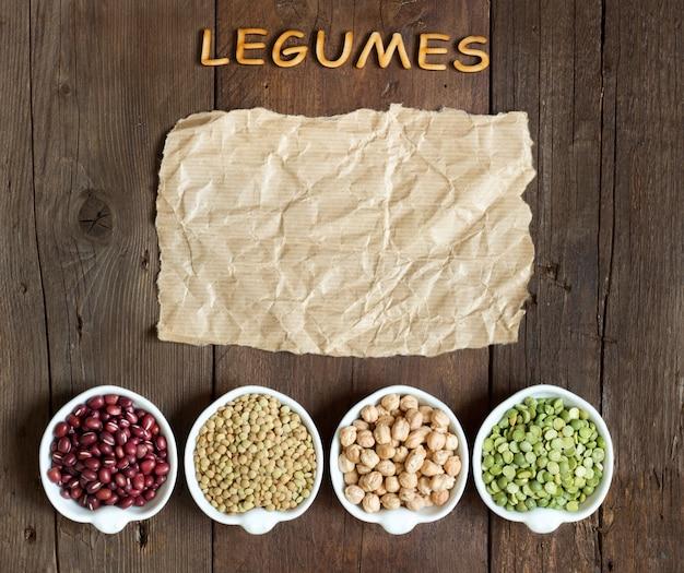 Varietà o legumi, la parola dei legumi su una vista di legno marrone del piano d'appoggio con lo spazio della copia su carta