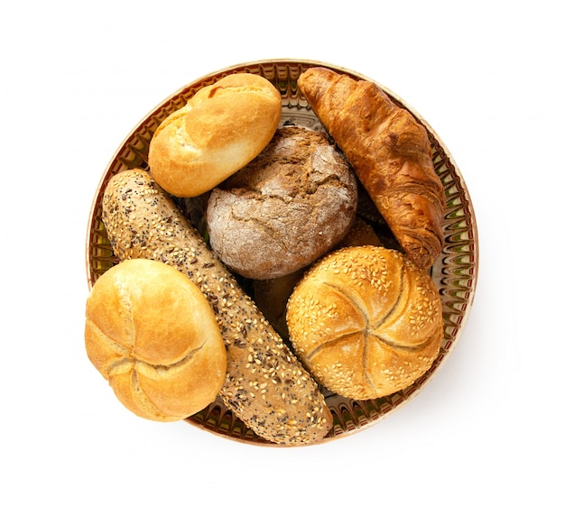 Varietà per i prodotti del pane della prima colazione dal forno, piatto tradizionale isolato su fondo bianco