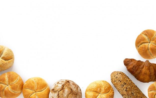Varietà per i prodotti del pane della prima colazione dal forno, vista superiore isolata su fondo bianco