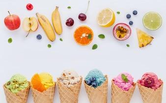 Vario del gusto del gelato in installazione dei coni su fondo bianco per progettazione del menu dei dolci.