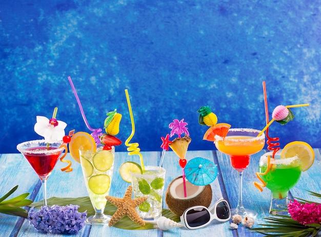 Variopinti cocktail tropicali colorati in legno blu tropicale