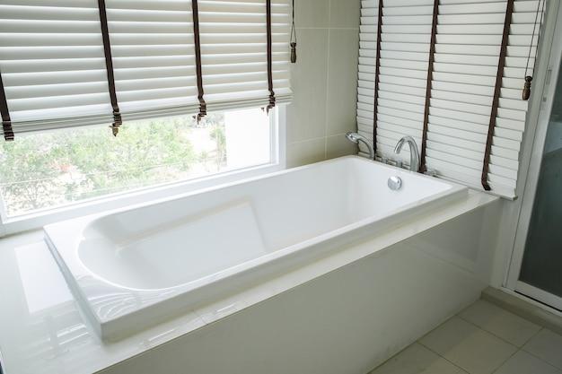 Vasca da bagno in ceramica bianca di lusso per interni