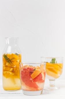 Vasetti con bevande al gusto di frutta