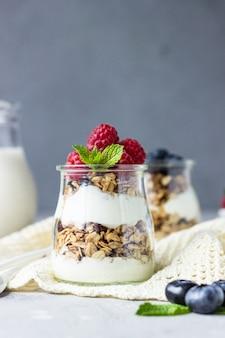 Vasetti con semifreddo a base di muesli, frutti di bosco e yogurt.