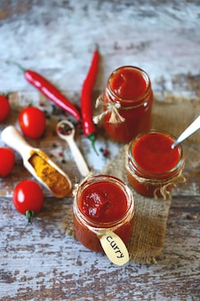 Vasetti di salsa al curry fatta in casa.