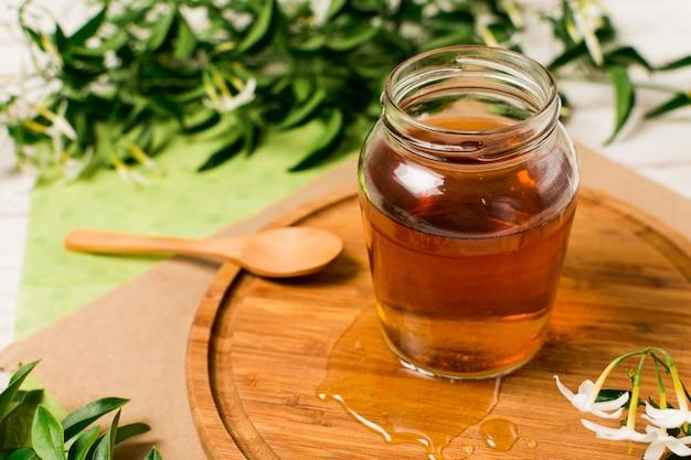 Vasetto di miele con cucchiaio