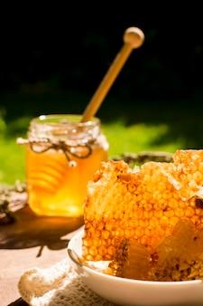 Vasetto di miele con nido d'ape