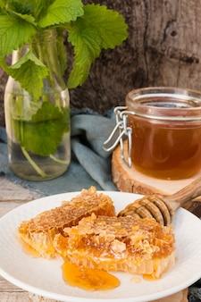 Vasetto di miele con pezzi a nido d'ape