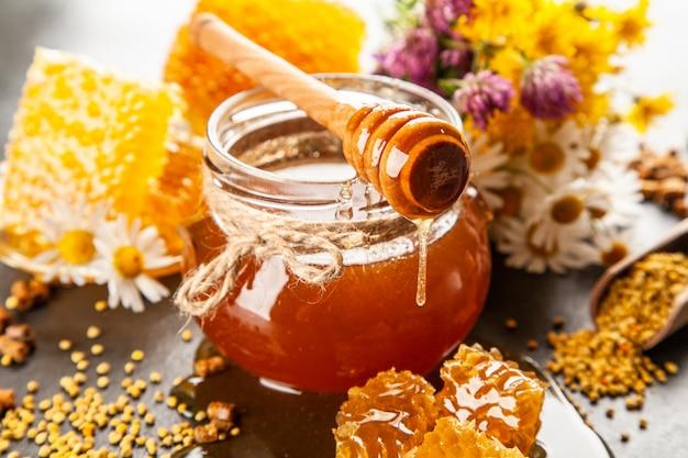 Vasetto di miele e mestolo