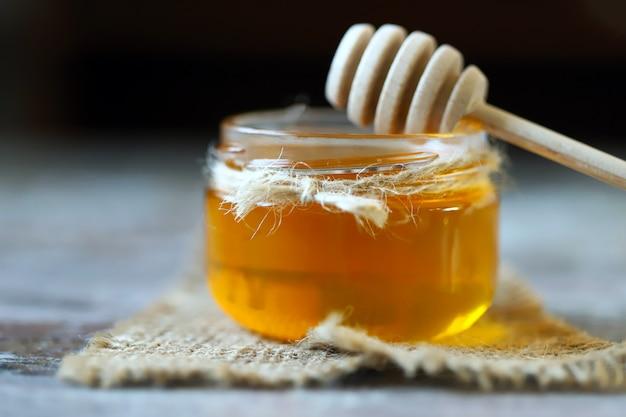 Vasetto di miele e un mestolo per miele.