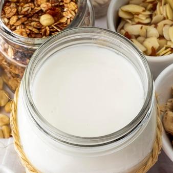 Vasetto di yogurt ad alto angolo con cereali