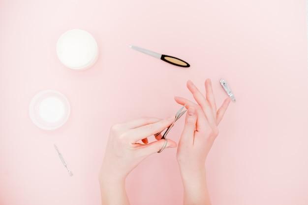Vasetto per crema e kit manicure, forbici, lucidante. concetto di cura della pelle.