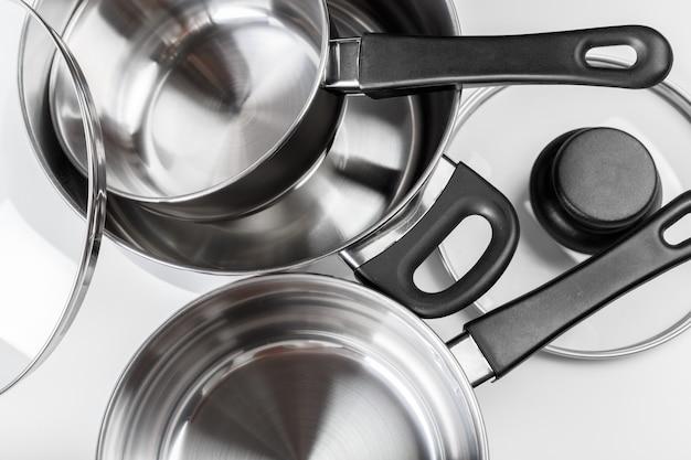 Vasi e pentole dell'acciaio inossidabile isolati su bianco