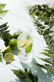Vaso ad alto angolo con limone e lime freschi