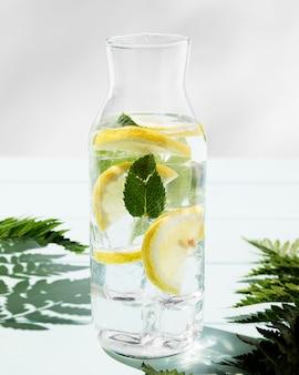 Vaso con agrumi bevanda fresca sulla scrivania