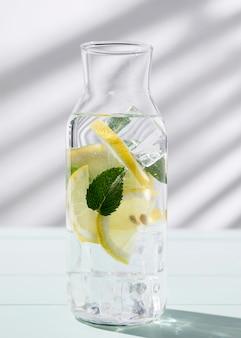 Vaso con agrumi bevanda fresca