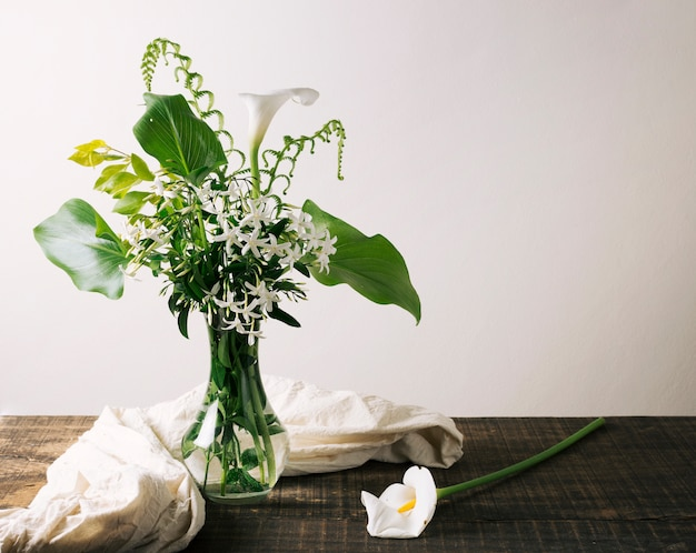 Vaso con bellissima composizione floreale