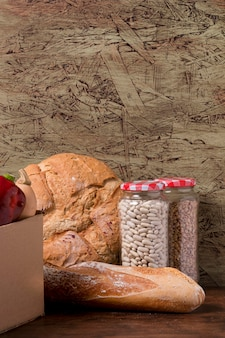 Vaso con fagioli e gustoso arrangiamento di pane