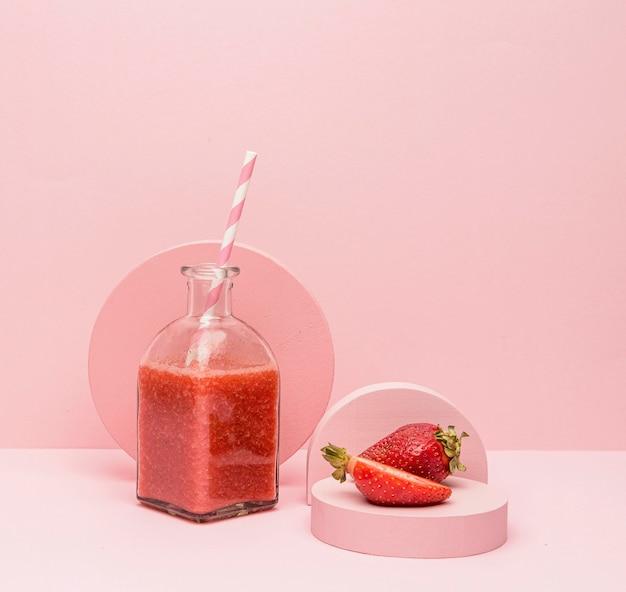 Vaso con frullato naturale di fragole
