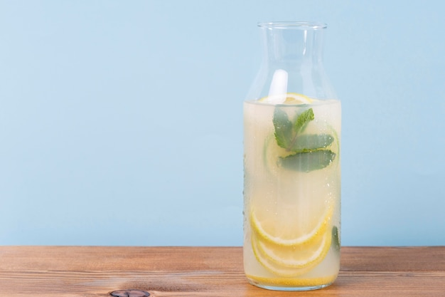 Vaso con limonata sul tavolo