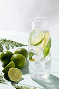 Vaso con limone fresco e lime sul tavolo