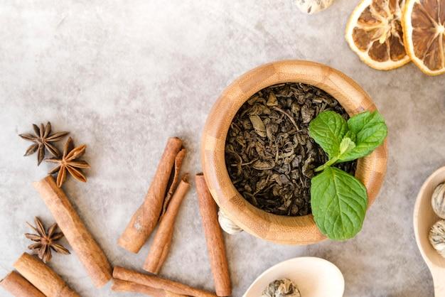 Vaso con pianta di menta piperita e involtini di cannella