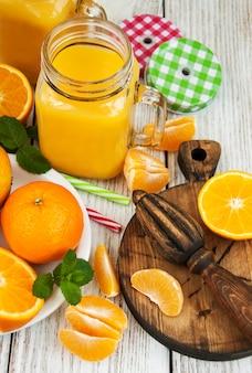 Vaso con succo d'arancia