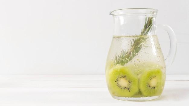 Vaso copia-spazio con bevanda al kiwi