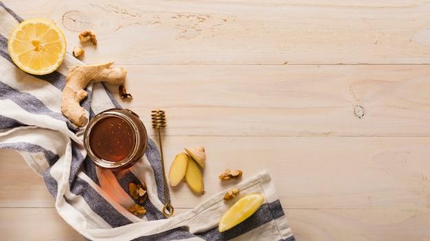 Vaso del miele di vista superiore con cibo e honeyspoon