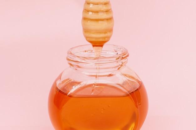 Vaso del primo piano riempito di miele fatto in casa