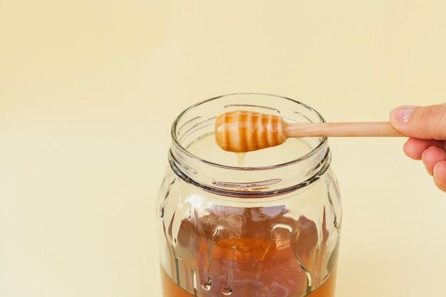 Vaso di close-up con miele biologico