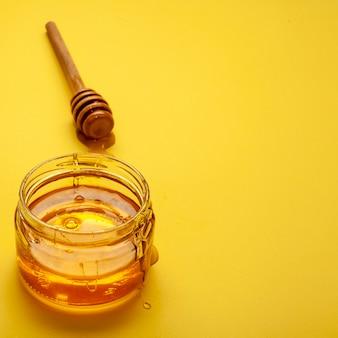 Vaso di close-up con miele fatto in casa