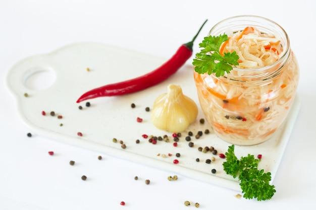 Vaso di crauti fermentato con carota