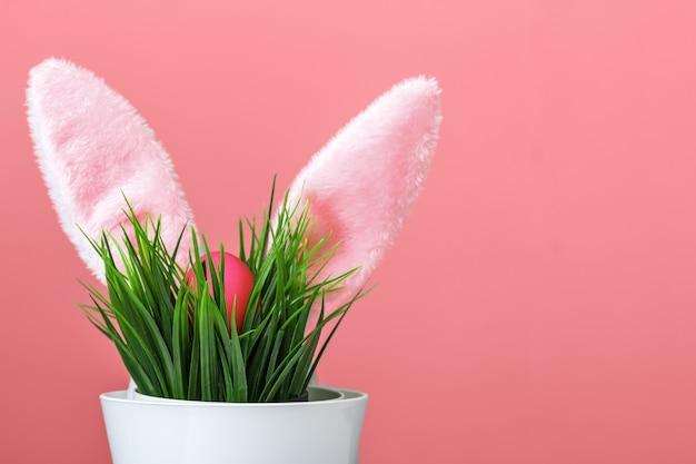 Vaso di fiore delle orecchie di coniglio ed uovo di pasqua.