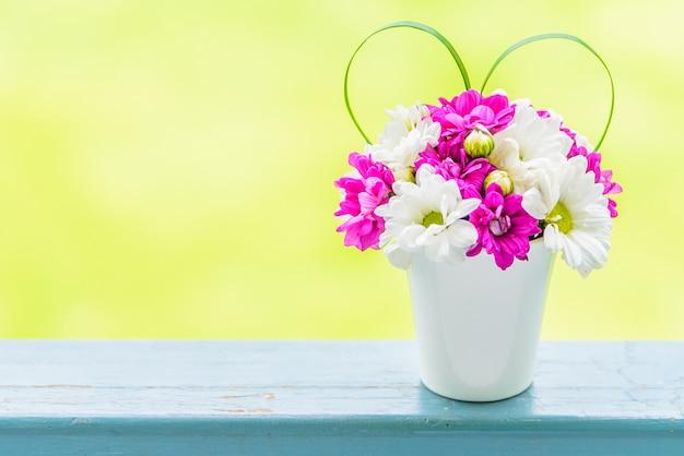 Vaso di fiori con segno d'amore