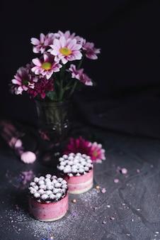 Vaso di fiori con torta di formaggio di ribes nero con polvere di zucchero spolverata
