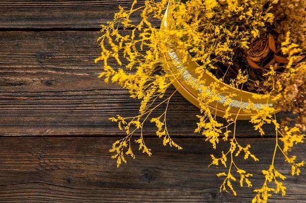 Vaso di fiori su fondo in legno