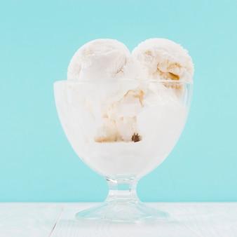Vaso di gelato alla vaniglia su sfondo blu
