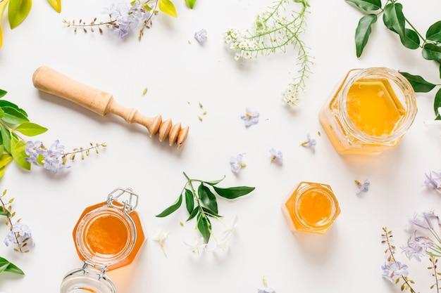 Vaso di miele con vista dall'alto