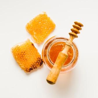 Vaso di miele con vista superiore e nido d'ape
