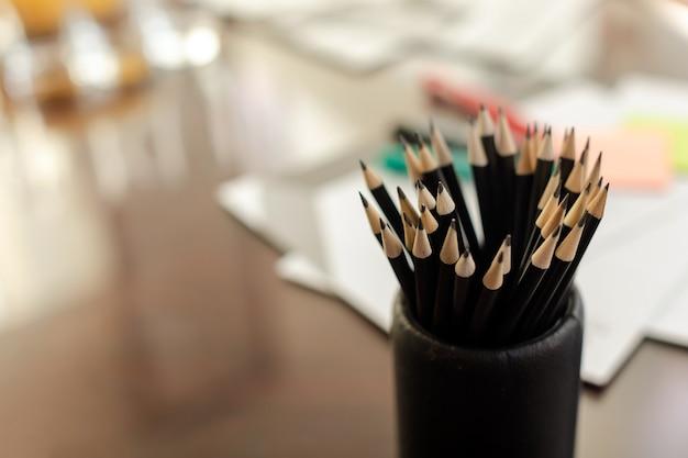 Vaso di scrittura matite sul tavolo