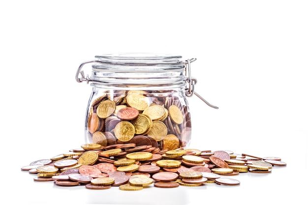 Vaso di vetro con monete