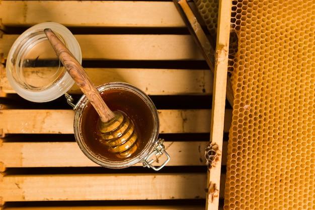 Vaso di vetro con vista dall'alto pieno di miele