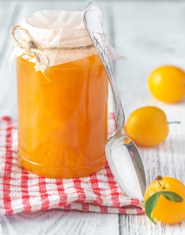 Vaso di vetro di marmellata di prugne