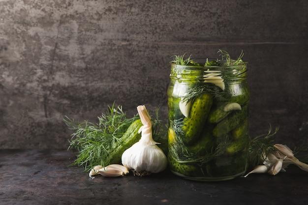 Vaso di vetro di sottaceti con aneto e aglio