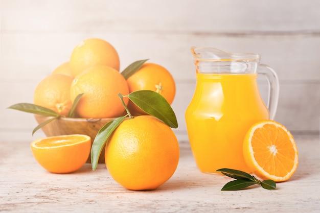 Vaso di vetro di succo d'arancia fresco organico crudo