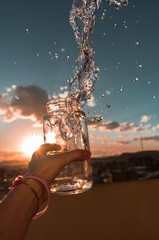 Vaso di vetro traboccante di acqua
