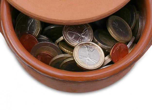Vaso in ceramica pieno di monete in euro