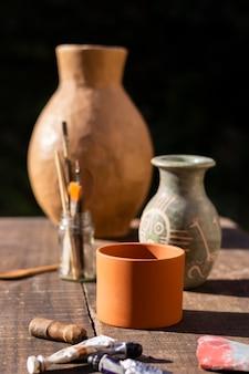 Vaso in ceramica vista frontale e strumenti di pittura