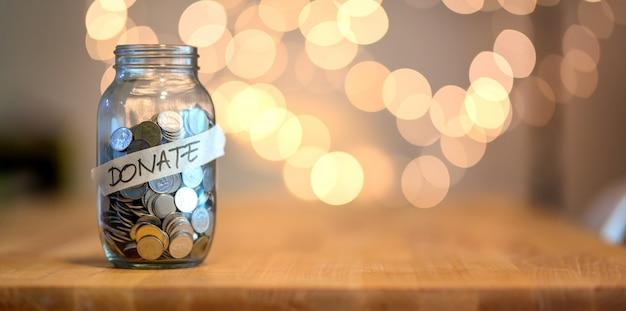 Vaso pieno di monete per la donazione